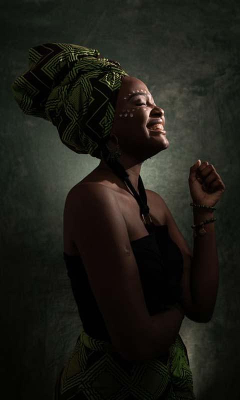 Femme exprimant la joie