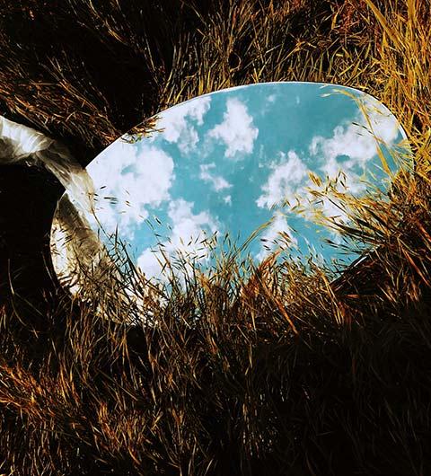 Nuages se reflétant dans un miroir