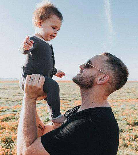 Père portant son fils